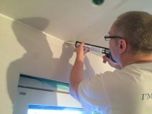 Vi provar ett, för oss, nytt koncept med skarvarna mellan tak och vägg. Latexfog istället för remsor. Det lär då ska tåla lite mer rörelse. Vi får se :-)